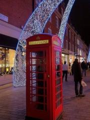 Nette Winterdekoration mit der roten Telefonzelle
